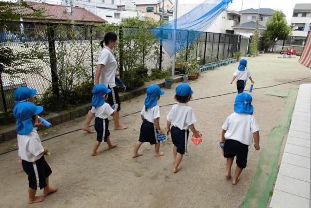 """日本""""赤足教育""""火了:光脚与从不光脚走路,孩子10年后显差距"""