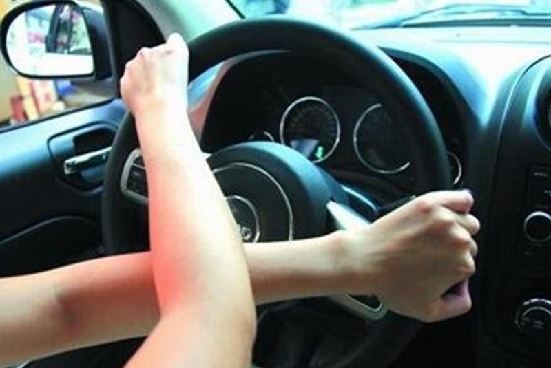 握方向盘姿势也能反映车主性格?乘客:最喜欢第1种,安全感满满