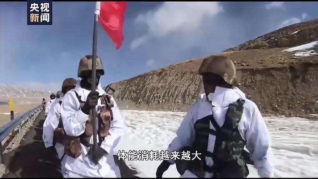 边防战士顶着8级大风缝国旗