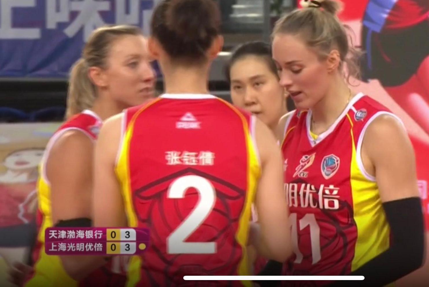 不像联赛亚军球队!上海女排一传被冲垮,第一局狂输11分