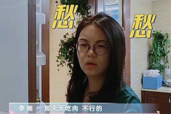 李湘夫妻早餐就吃烤肉,两人吃了四块肉,难怪一家三口都这么胖