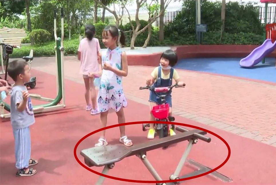 4岁男童玩健身器材伤到手指导致截肢,这种器材很多小区都有!