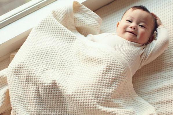 秋冬天气再冷,也别让宝宝这样睡觉,不但容易生病还影响发育